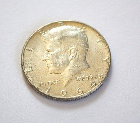 1964 half dollar, srebrna półdolarówka z prezydentem Kennedym. Jedna z popularniejszych monet bulionowych wśród srebrnych dolarów. Czy 50 centów jest popularne wśród inwestorów w srebro w Polsce?