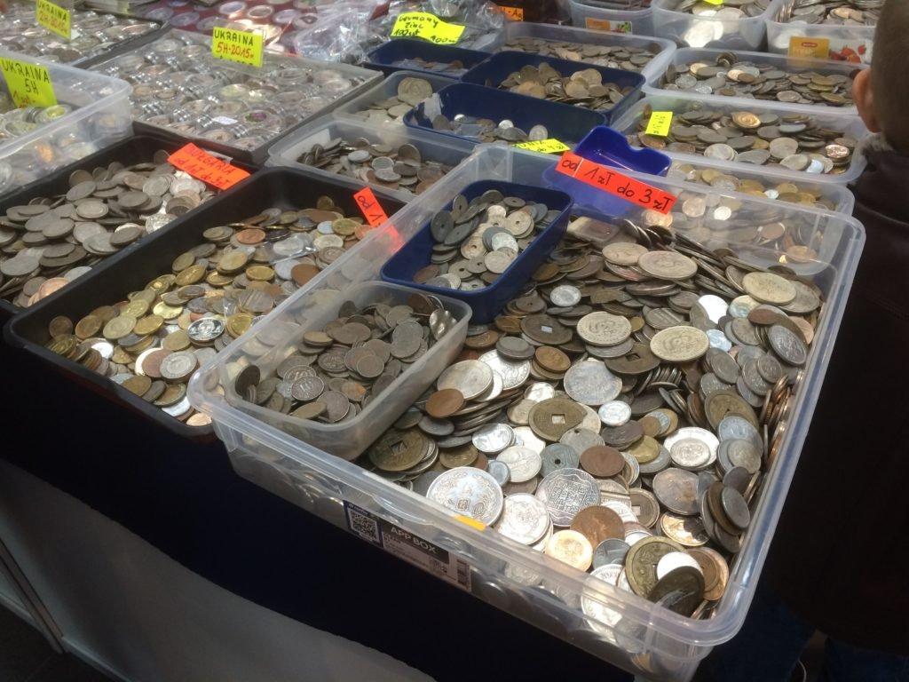 """Znany z amerykańskich wystaw """"Bargain bin"""" - pudło z przecenionymi monetami."""