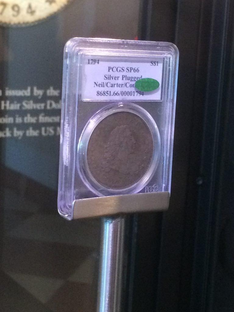 Zbliżenie na 1794 Flowing Hair Liberty Dollar za szybą