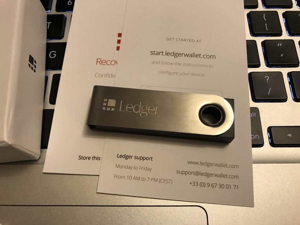 Wsparcie producenta portfela Ledger przekracza oczekiwania klientów i jest nieporównywalne do sklepów, ceneo czy allegro. Ledger Nano S z przodu, kartka do haseł i seed, sposób na backup.