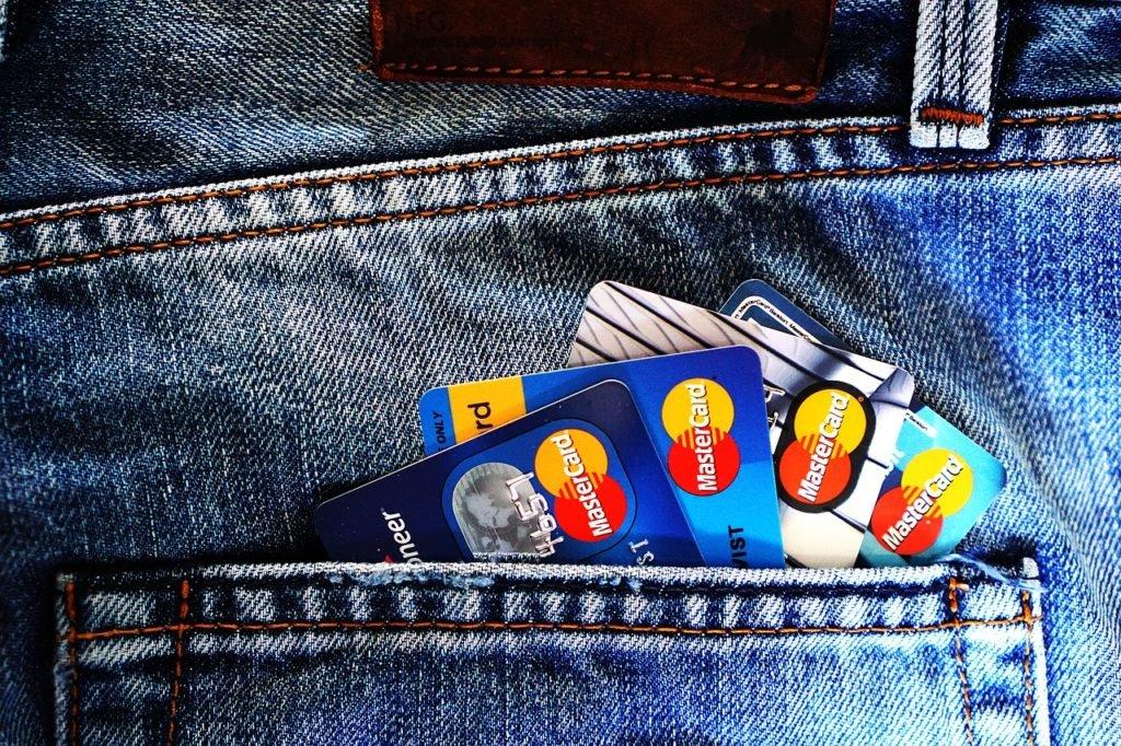Zakup Bitcoin za kartę kredytową lub kartę debetową nie jest taki prosty, jak by się mogło wydawać. Na kupującego czekają spore prowizje, a na sprzedającego ryzyko odwołania transakcji.