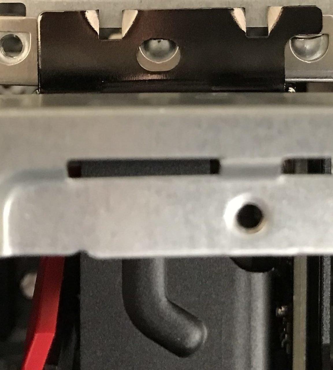 Karta graficzna do kopania Ethereum powinna być stabilnie zamontowana. Przytwierdź kartę do obudowy za pomocą metalowej wypustki.