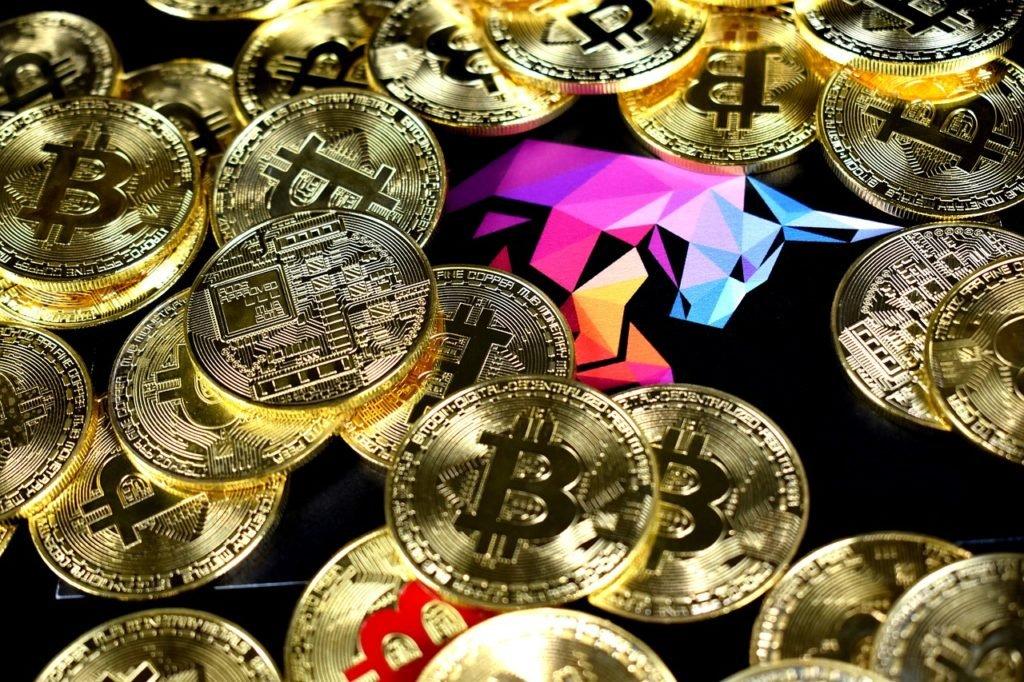 Podpowiadamy jak prosto inwestować w Bitcoin, dla początkujących inwestorów. Na start inwestycji w Bitcoiny można rozważyć zakup Bitcoinów na giełdzie kryptowalut