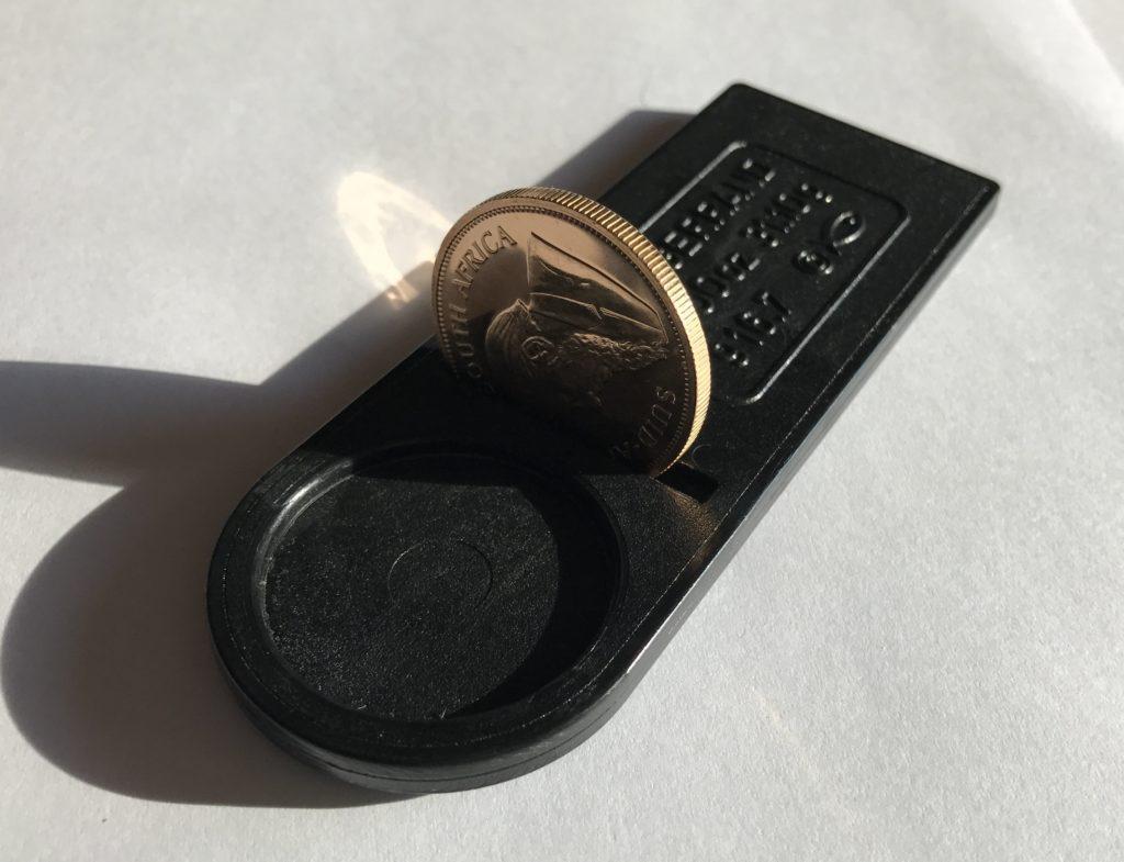 Przełożenie monety przez szczelinę ma na celu sprawdzenie, czy moneta nie jest za gruba lub czy nie ma zbyt dużej średnicy.