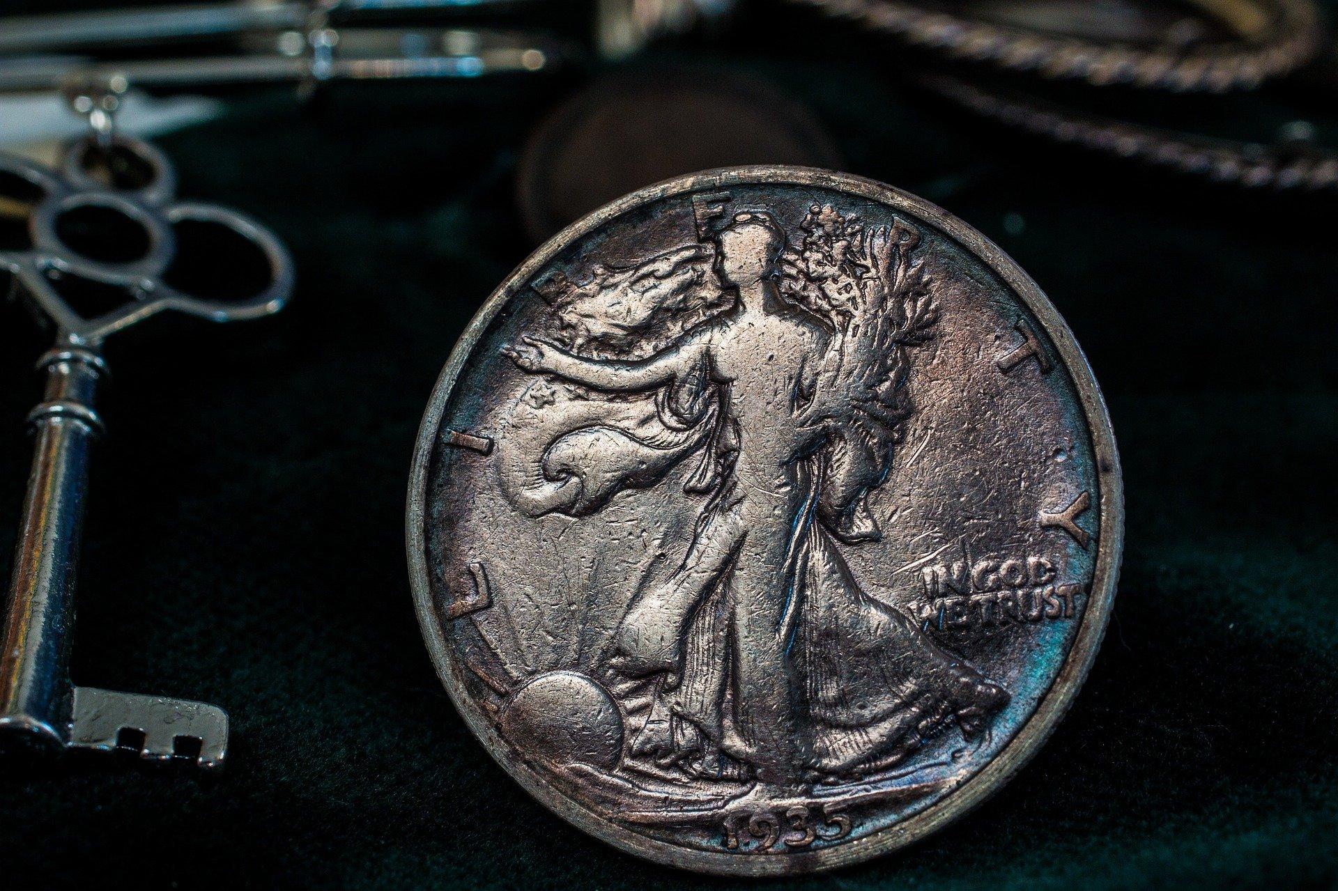 Półdolarówki USA są od wielu lat rzadko spotykane, ale jako junk silver można je dostać w wielu sklepach numizmatycznych.
